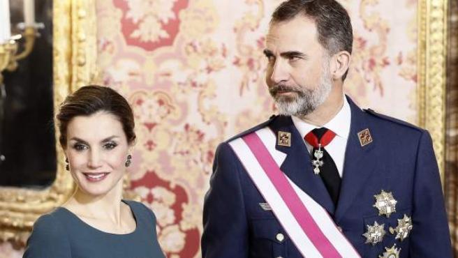 El rey Felipe VI, acompañado por la reina Letizia, durante la celebración de la Pascua Militar que ha presidido este viernes en el Palacio Real.
