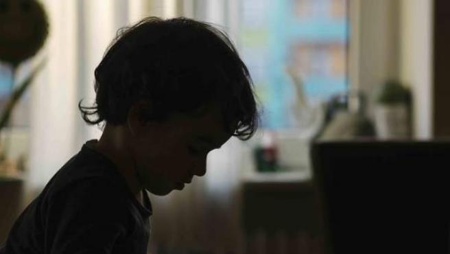 Un niño se entretiene jugando solo en su casa.