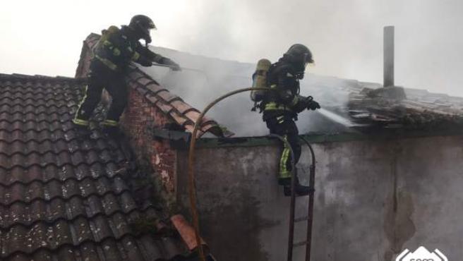 Incendio en una casa deshabitada en Grao.