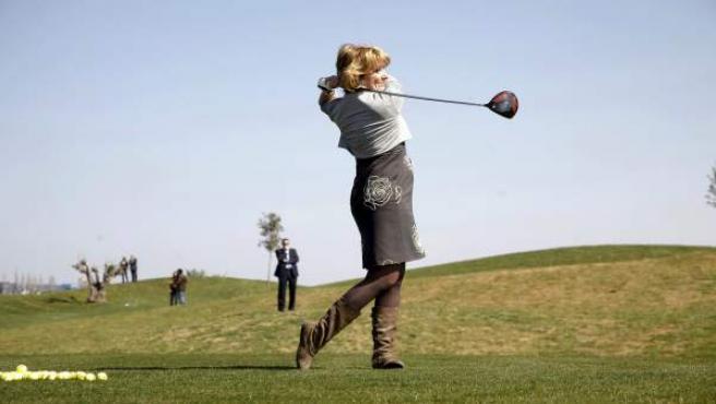La expresidenta de la Comunidad de Madrid, Esperanza Aguirre, jugando al golf durante la inauguración del campo de El Encín.