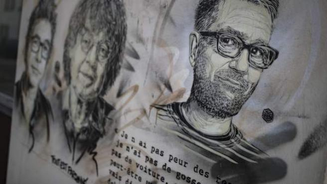 París recuerda a los viñetistas de Charlie Hebdo asesinados por los yihadistas en 2015 con pintadas en las calles.