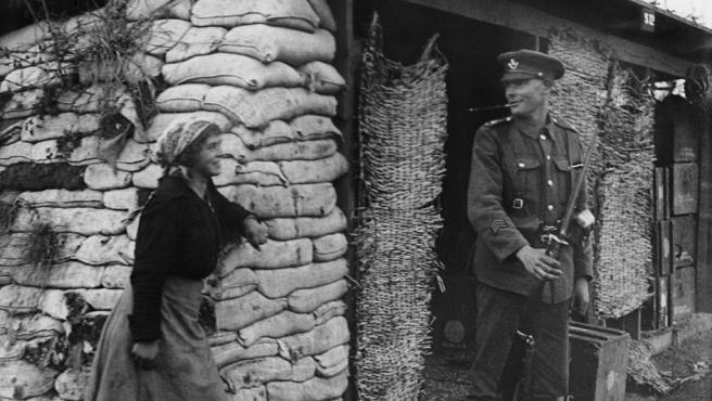 Brunell fotografía en noviembre de 1918 a una campesina italiana con un centinela británico