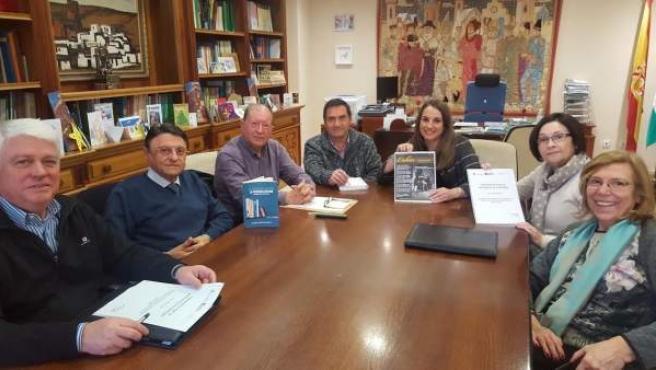 Ruiz (centro), junto a representantes de 'La Tribu Educa'