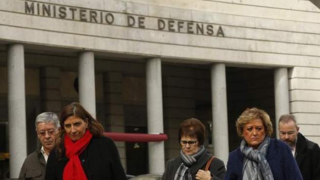 Representantes de la asociación de familiares de las víctimas del accidente del Yakolev 42, a su salida de la reunión con la ministra de Defensa María Dolores de Cospedal.