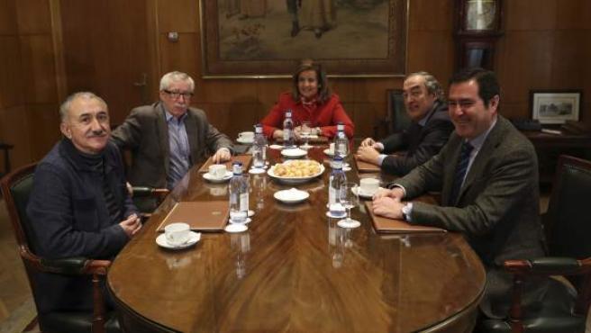 Báñez, al inicio de la reunión que ha mantenido con Rosell (2d), Garamendi (d), Álvarez (i) y Toxo (2i).