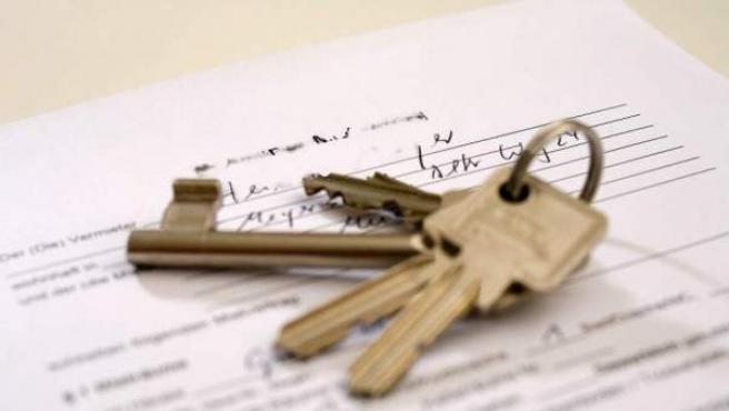Una imagen de archivo de las llaves de una vivienda sobre un contrato.