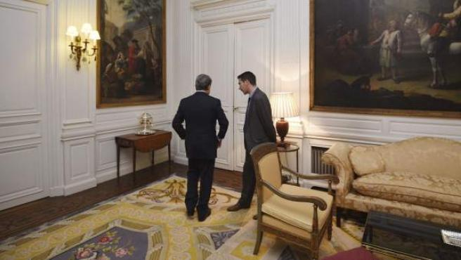El aún embajador de España en el Reino Unido, Federico Trillo, abandona la sala tras la rueda de prensa en la que anunció que deja su cargo.
