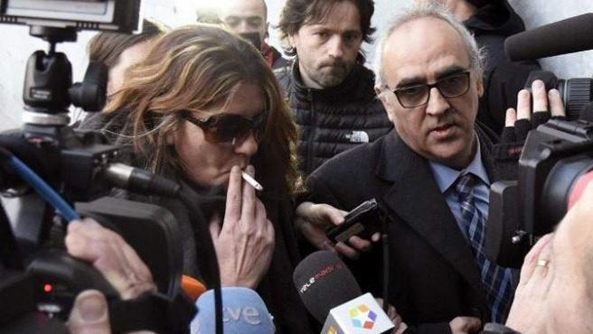 La madre de Nadia, Margarita Garau (i), junto a su abogado Alberto Martín (d), en los juzgados de La Seu d'Urgell (Lleida).