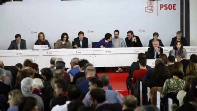 El presidente de la gestora del PSOE, Javier Fernández (4i), junto al portavoz, Mario Jiménez (c); y los miembros de la gestora, Frances Antich (i), María Jesús Serrano (2i), Ascensión Godoy (3i), José Enrique Muñoz (4d), Ricardo Cortés (3d), Soraya Vega (2d) y Francisco Javier Ocón (d), durante la reunión del Comité Federal del PSOE, en la sede del partido.