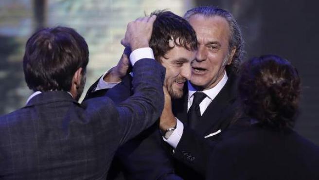 El actor José Coronado entrega el premio a mejor película al actor y director Raúl Arévalo por Tarde para la ira en la gala de los premios Forqué celebrada en el Teatro de la Maestranza de Sevilla.