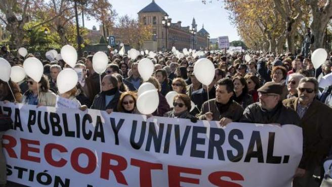 """Manifestación en Sevilla de la """"Marea blanca"""", que ha partido desde el Palacio de San Telmo, sede de la presidencia de la Junta de Andalucía, para reclamar una """"gestión digna"""" de la sanidad."""