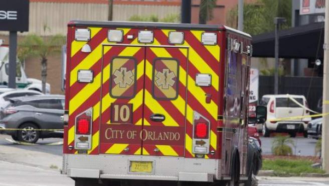 Equipos de rescate en las inmediaciones de la discoteca Pulse de Orlando, tras el ataque.