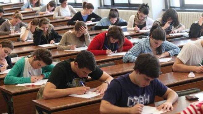 Cientos de jóvenes se presentan a las pruebas de Selectividad en la Universidad de Navarra.