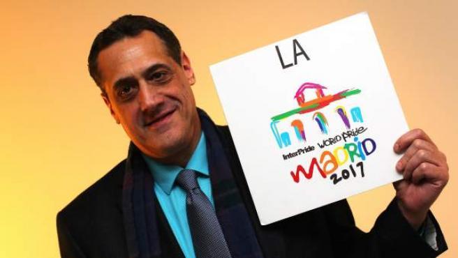 Stuart Milk sostiene el logo de la World Pride 2017.
