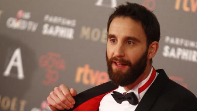 El presentador de la gala de los Goya, Dani Rovira, muestra su esmoquin personalizado para la ocasión.