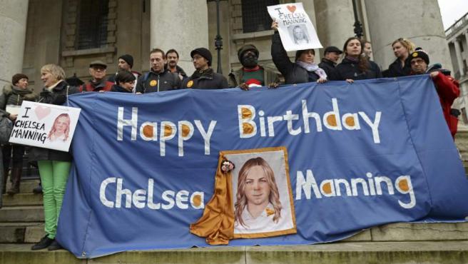 Seguidores del exsoldado Bradley Manning, durante una manifestación exigiendo su liberación, en Londres en 2014.