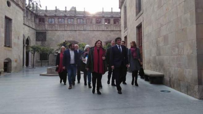 Carles Puigdemont y Ada Colau, en la firma del convenio contra la pobreza energética.