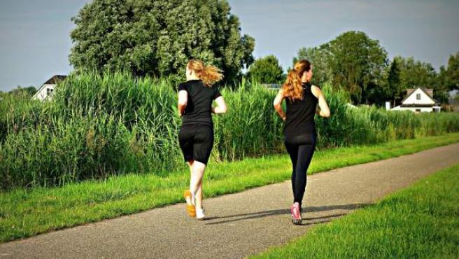 Mujeres corriendo.