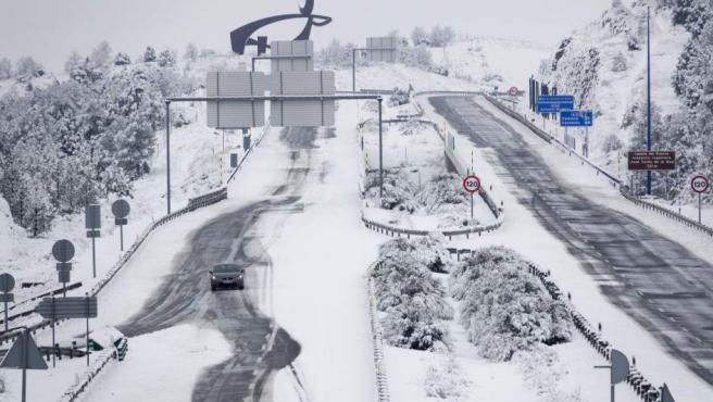 Los cortes de tráfico en la A-23 (en la imagen) y la N-232 han obligado a pasar la noche del jueves a decenas de camioneros con sus vehículos en varias zonas de Teruel donde todavía permanecen, en un temporal que ha llevado a acumular más de medio metro de nieve en municipios turolenses de la sierra de Gúdar.