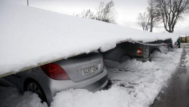 Varios vehículos han quedado atrapados bajo el techo de un aparcamiento que ha cedido por el peso de la nieve.