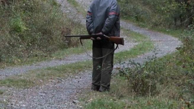 Imagen de un cazador en un camino público.