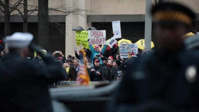Manifestantes protestan contra Trump en Washington.