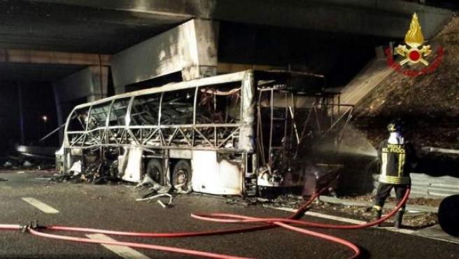 Imagen de un autobús calcinado en Italia tras un accidente.