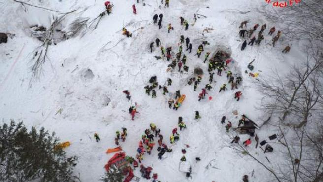 Vista aérea de las labores de rescate en el hotel sepultado por el alud en Pescara, Italia.