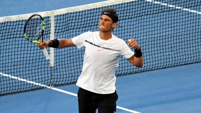 El tenista balear Rafa Nadal celebra su victoria sobre Zverev en dieciseisavos de final del Open de Australia.