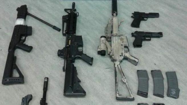 Arsenal de armas incautado.
