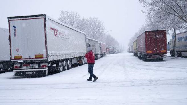 Los cortes de tráfico en la A-23 y la N-232 han obligado a pasar la noche a decenas de camioneros con sus vehículos en varias zonas de Teruel.
