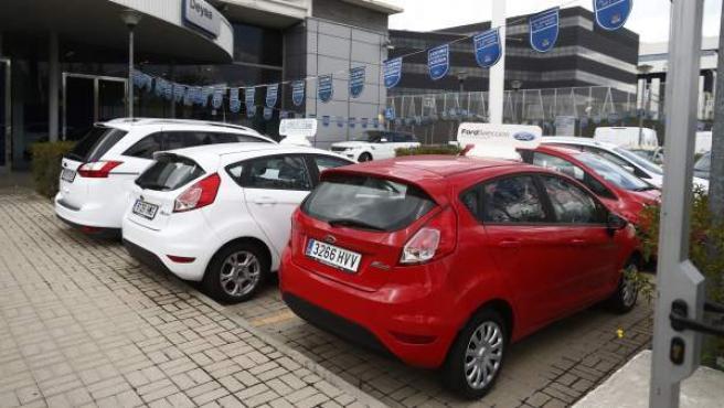 Varios coches Ford en un concesionario.