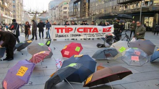 Concentración de paraguas contra el TTIP y el CETA