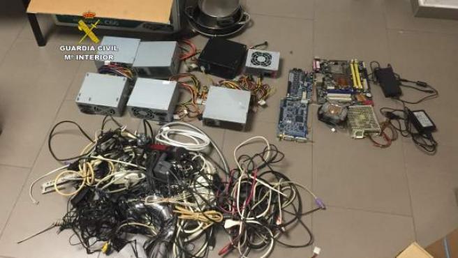 Material de ordenador intervenidos a los detenidos en Islares
