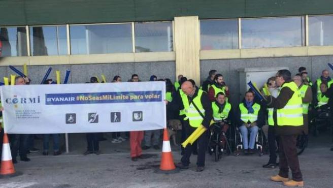 Concentración en el aeropuerto Adolfo Suárez en contra de Ryanair.