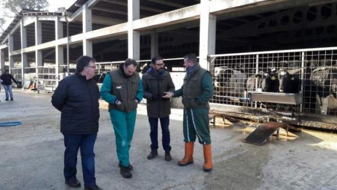 Visita de socialistas a Mazaricos (A Coruña) sobre el lácteo.
