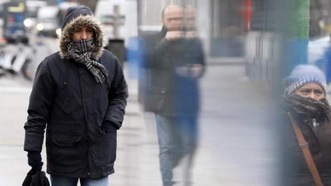 Los madrileños se han abrigado para afrontar el frío que continúa haciendo en la capital.