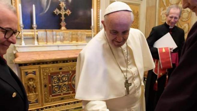 El Papa en la tumba de Urbano VIII en el Vaticano.