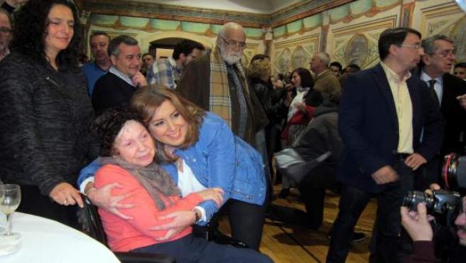 Susana Díaz se hace una foto con una militante del PSOE en su visita a Salamanca