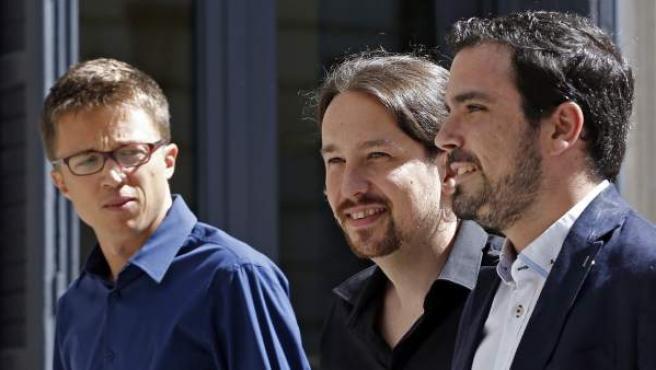 El secretario general de Podemos,Pablo Iglesias (c), el portavoz de Podemos en el Congreso Iñigo Errejón (i) y el líder de IU, Alberto Garzón (dcha).
