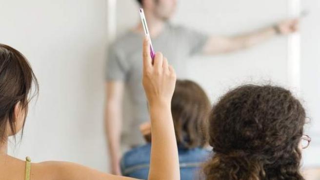 Alumnas y profesor en una clase.