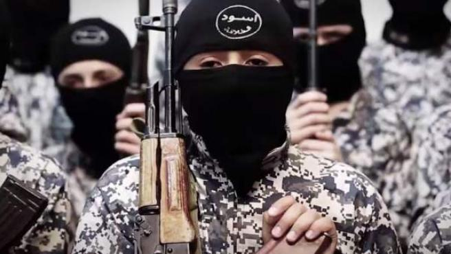 Niños reclutados por Estado islámico, conocidos como 'cachorros del califato'.