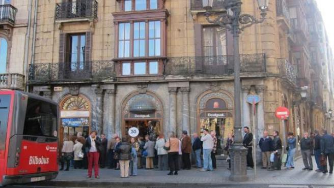 Ciudadanos en el Casco Viejo bilbaíno