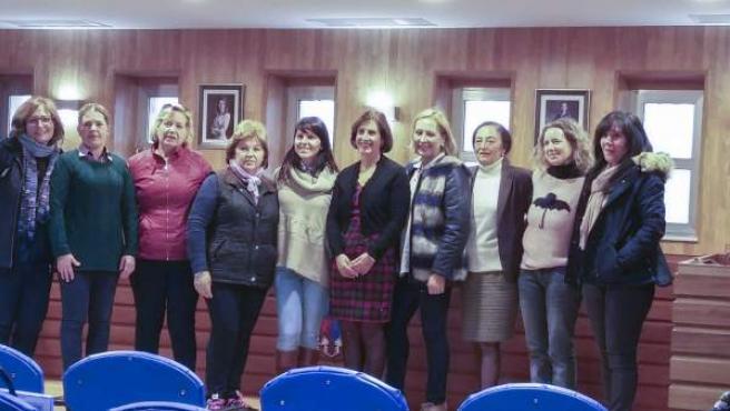 Las quinces alumnas han clausurado el taller con la diputada de Igualdad.