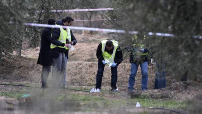 Efectivos de la Policía en el lugar donde un cazador ha matado a dos agentes rurales en el término de Aspa (Lleida) al disparar contra ellos intencionadamente.