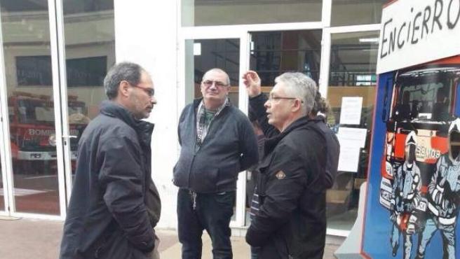 Alberto Montero en su visita a los bomberos.
