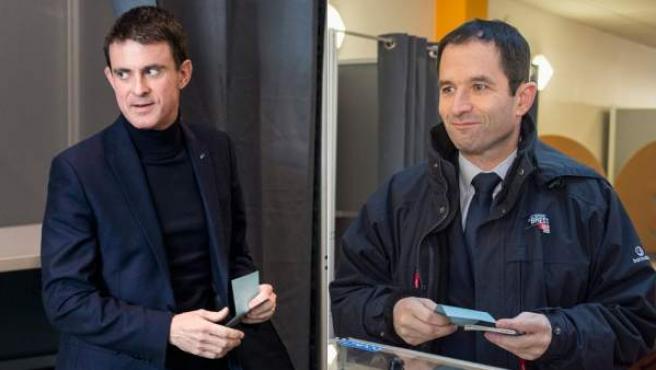 El exministro de Educación Benoît Hamon y el ex primer ministro Manuel Valls votan en la primera vuelta de las primarias de la izquierda francesa.