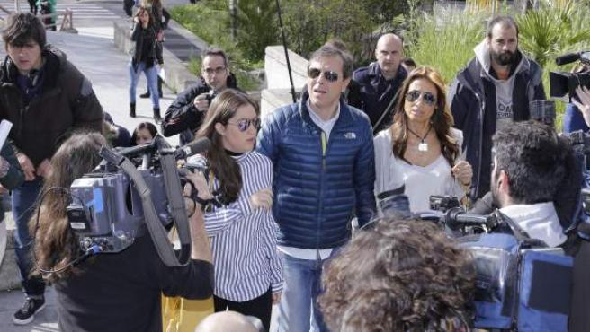 El periodista Paco González junto con su familia ante los medios de comunicación.