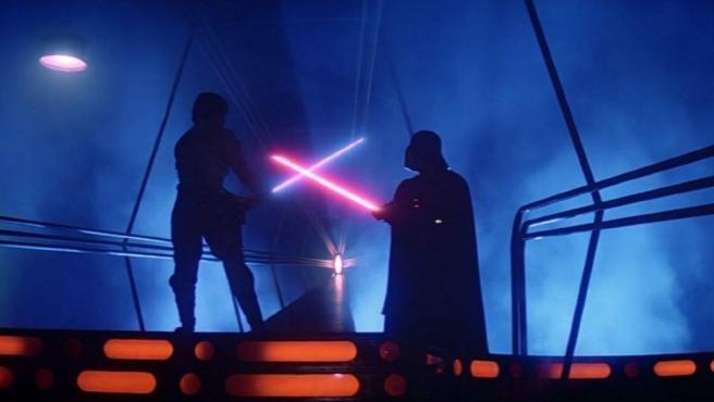 Una escena de lucha con sables láser entre Darth Vader y Luke Skywalker.