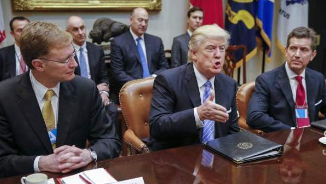 El presidente de EE UU, Donald Trump, en una reunión con el director ejecutivo de la compañía Corning, Wendell Weeks (i) y el director ejecutivo de Johnson & Johnson, Alex Gorsky (d), en la Sala Roosvelt de la Casa Blanca en Washington.